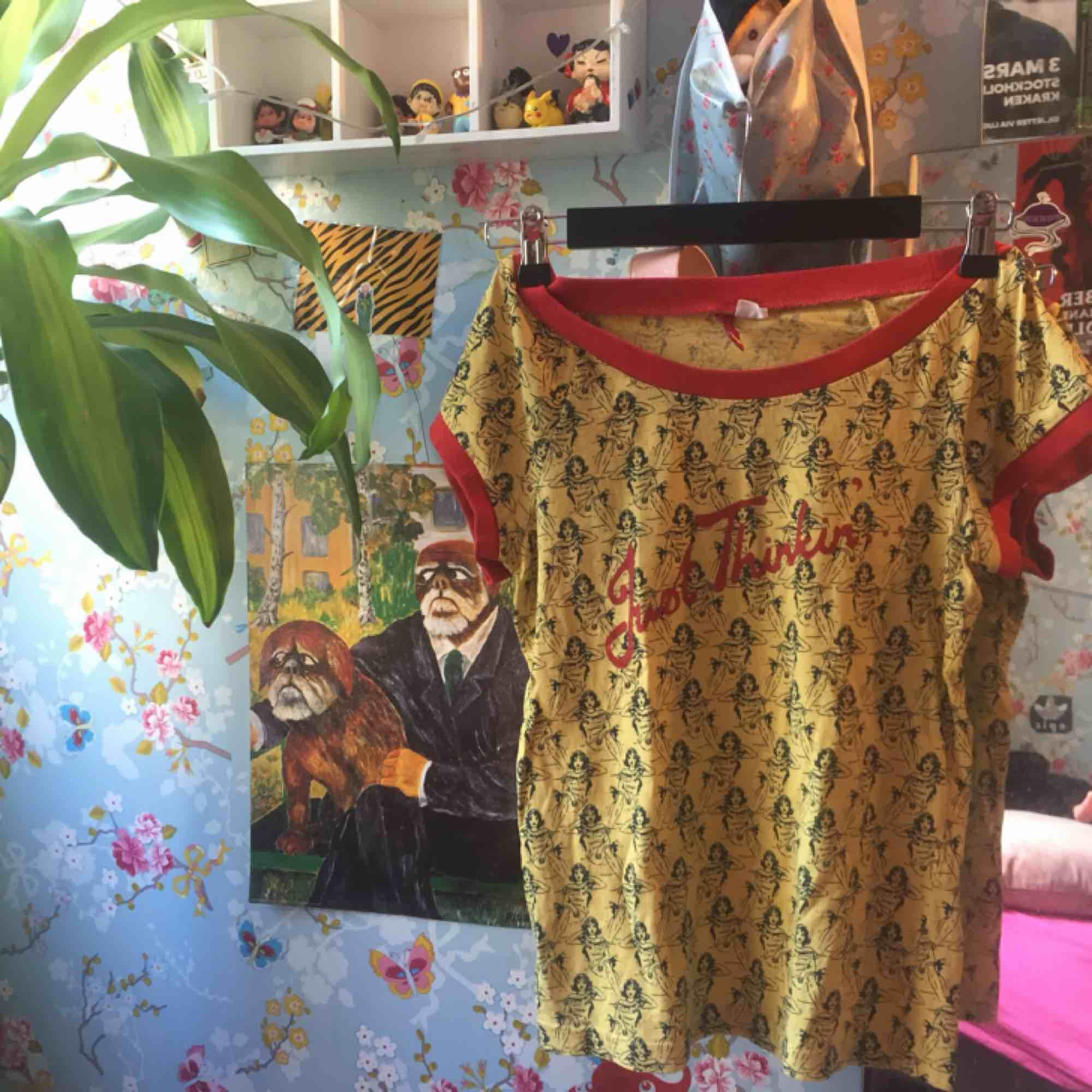 En söt gul tröja köpt secondhand men misstänks vara från h&m 🌼 i fint skick💖 frakt 42kr eller så möts jag upp i centrala Stocholm🌼. Toppar.