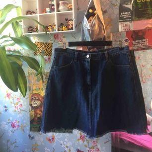 Fin jeanskjol från monki🌼 frakt 42kr eller så möts jag i slussen