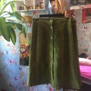 Ärtgrön mocka kjol i storlek 36, köpt secondhand 🌼 köparn står för frakt eller så möts jag upp i slussen🧥