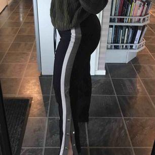 Balla byxor som tyvärr bara kommit till användning en gång. Väldigt stretchigt material så passar nog de flesta. För långa för mig som är 156 cm. Ordinarie pris 399. Pris kan diskuteras.