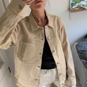 Beige Jeans Jacka / Skjorta från Weekday. Storlek M (jag köpte det för gillade den oversized) Helt ny! Oanvänd. Går bra att hämta på Södermalm annars kostar frakt 60 kr.