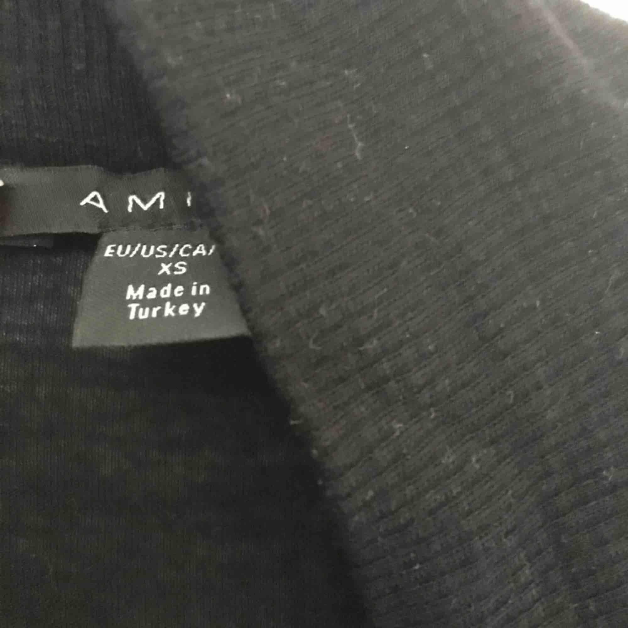 Tunn skön svart kofta, lite längre armar som går lite över handen. Väldigt mjukt material och passar perfekt till vardags med ett par jeans och ett linne under. Skriv för intresse🤗. Tröjor & Koftor.