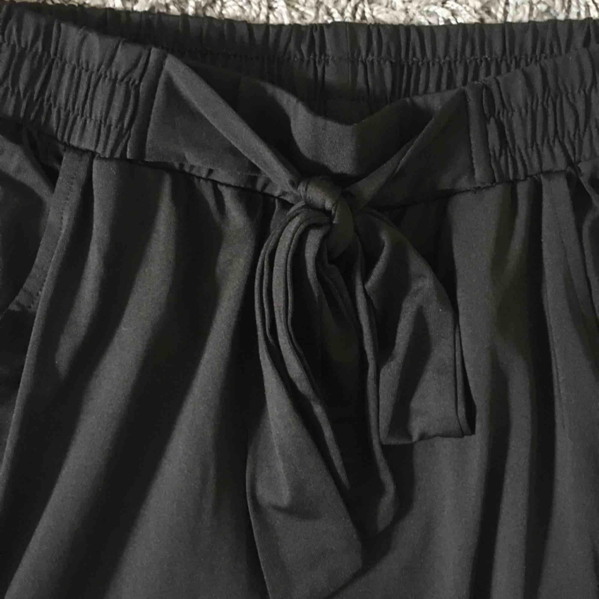 Tunna svarta byxor, resår i midjan och ett band som man kan knyta. Superskönt material.😊. Jeans & Byxor.