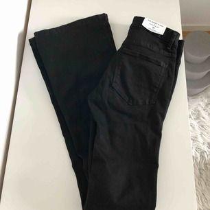 Helt nya svarta flare/bootcut jeans från zara. Sitter väldigt fint på, ganska mycket stretch, därav är de väldigt bekväma🥰