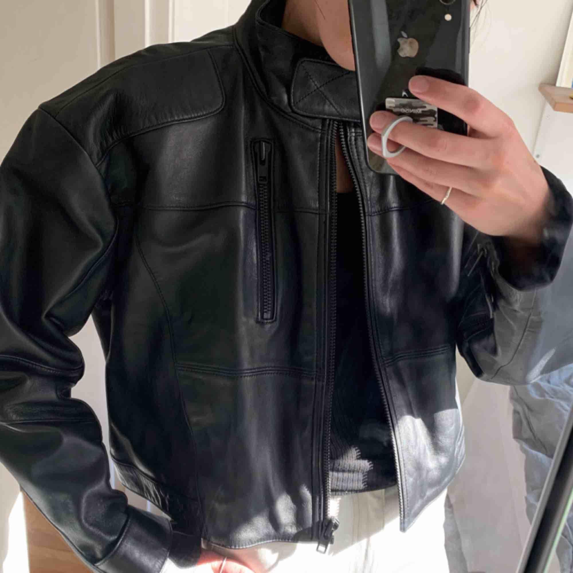 Svart MC / Biker Jacka från Weekday. Storlek S (men den är ganska oversized) Helt ny! Super mjukt nappa läder! FRAKT INGÅR I PRISET ✨. Jackor.