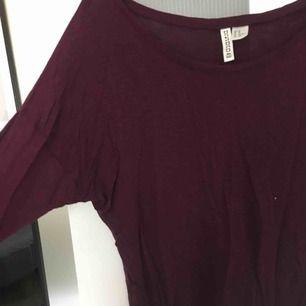 En röd långärmad tröja från hm. Passar perfekt till vardags och är i ett mjukt material. Skriv för intresse🤗