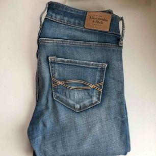 """Fina jeans från abercrombie and Fitch. Ena skärp """"haken"""" är lite trasig, men det går lätt att fixa och är inget man tänker på direkt🥰"""