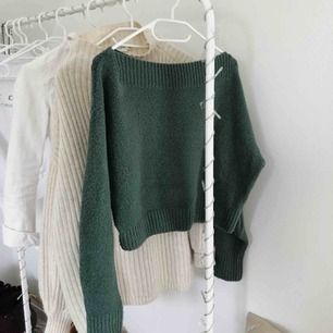 Superfin & soft grön stickad tröja i ull ifrån & other stories! Använd men i super bra skick! Skön & användbar, säljs pga att den ej kommit till användning på senaste! 💓