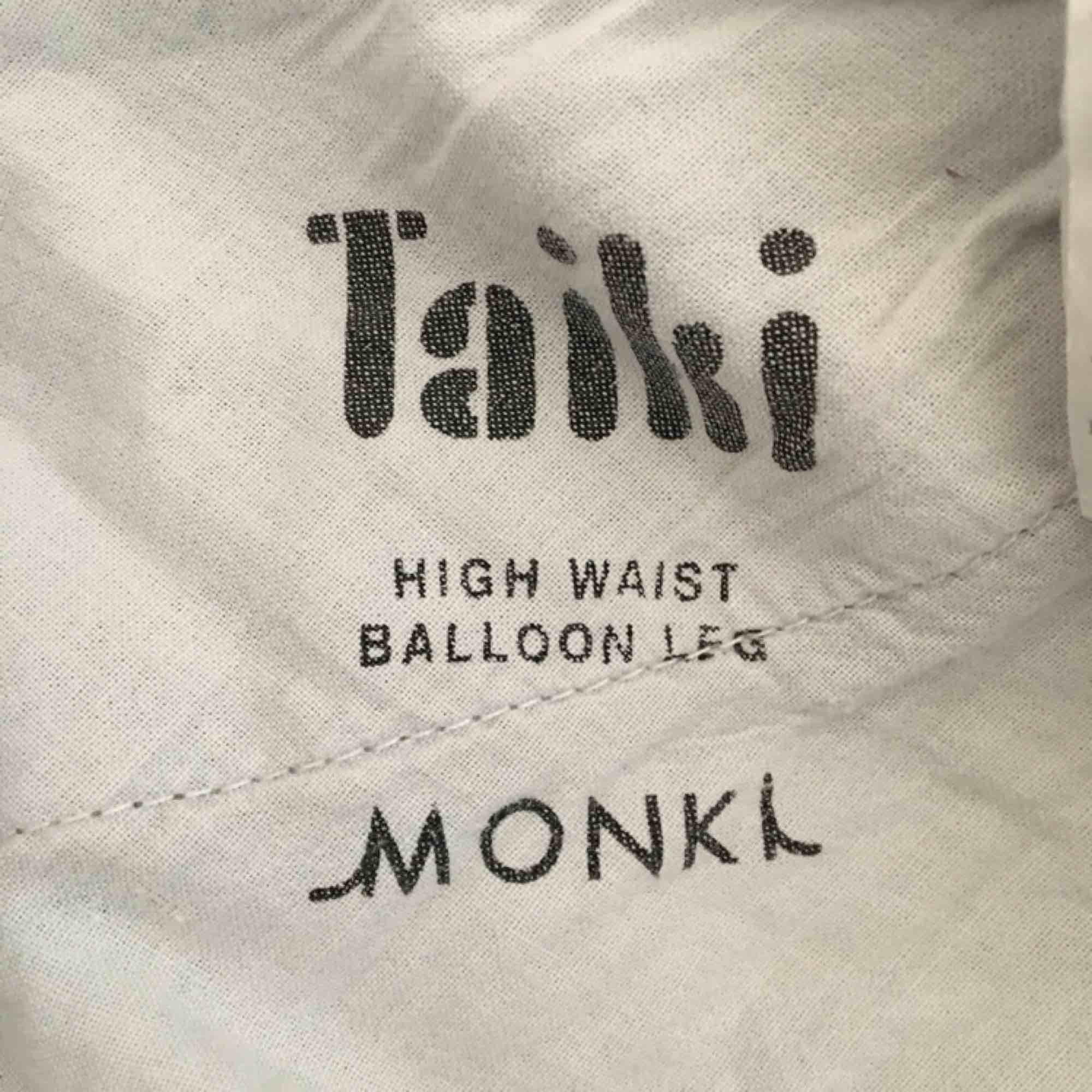 Fina Taiki blue jeans från Monki. Inköpta för ca 5-6 månader sedan. Nypris 400kr  . Jeans & Byxor.