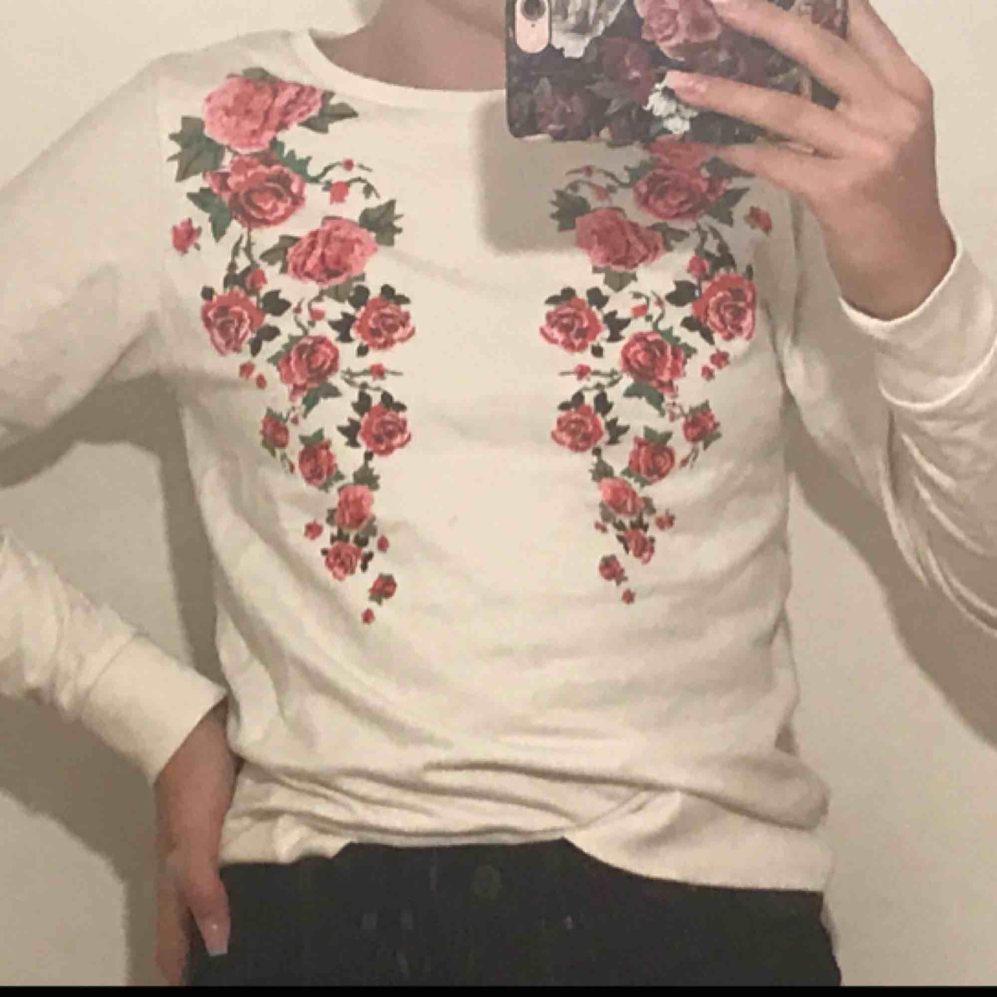 En fin tröja. Används aldrig därav säljer jag den. Sitter fint, är 156. Och är S. Skulle passa M också. Köparen står för frakt. Pris kan diskuteras.. Tröjor & Koftor.