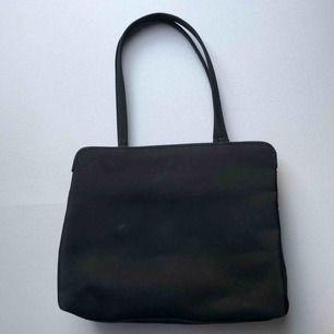 Fin svart liten väska Har vissa märken som syns på bilden