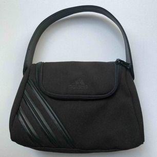 Svart 90-tals väska från Adidas.
