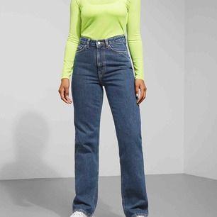 Superfina jeans från Weekday i modellen Row. Knappt använda, säljer pga fel storlek!