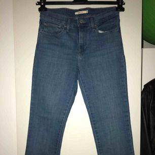 levi jeans oanvända! provade bara dem i provrummet väldigt strechtiga! kan gå ner till 350kr