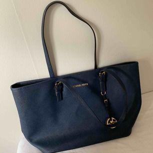 Snygg mörkblå väska från Michael Kors. 100% äkta och jättebekväm och rymlig.