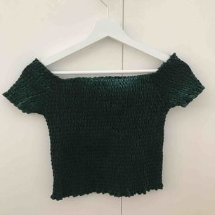 Så gullig mörkgrön off shoulder topp från Bik Bok, använd 1-2 gånger. Materialet är utöjbart så den passar även större storlekar. Säljs pga att jag inte har användning för den!!