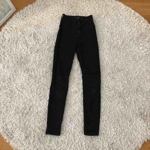 Superfina svarta högmidjade jeans från Zara, med detaljer ovanför fickorna. Använt dem fåtal gånger och de sitter jättebra på och är stretchiga. Säljs pga att jag inte använder dem längre!