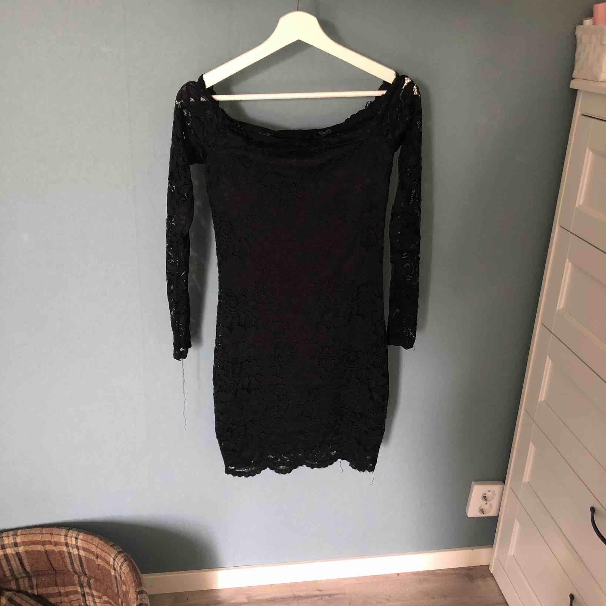Svart off shoulder, spetsklänning med långa ärmar använd max 2 gånger har fin spetskant vid bröstkorgen tror den kommer från Gina tricot. Klänningar.