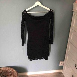 Svart off shoulder, spetsklänning med långa ärmar använd max 2 gånger har fin spetskant vid bröstkorgen tror den kommer från Gina tricot