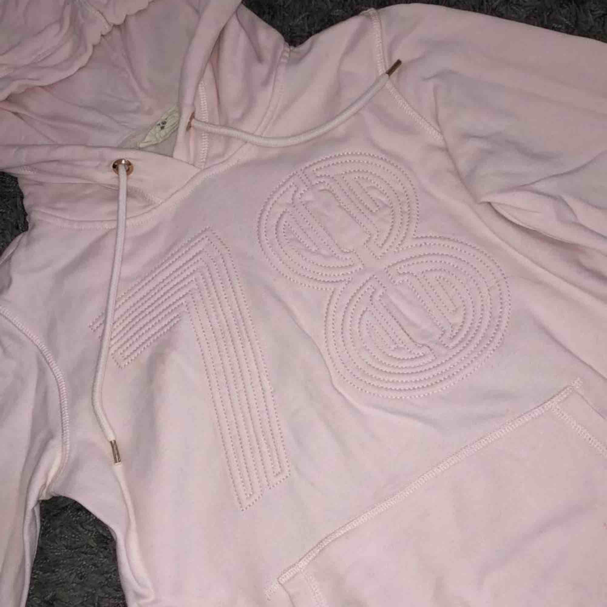 Rosa hoddie i väldigt bra skick. Frakt ingår i priset. . Huvtröjor & Träningströjor.