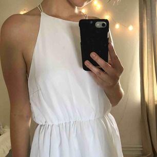 Vit klänning med band som korsas på ryggen 💫 Går till knäna till mig som är 157 cm 💫Köpt på bubbelroom och det står make way på lappen 💫 Säljes pga att den är för stor för mig. Köparen står för frakten eller så kan jag mötas upp i Växjö 💫