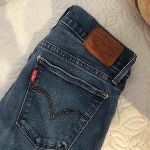 Super fina jeans från Levis, super strech jätte bekväma , knappt använda pga fel storlek.