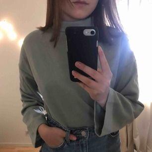 En grön långärmad tröja med polo från Ginatricot 💫 köparen står för frakt eller så kan jag mötas upp i Växjö 💫