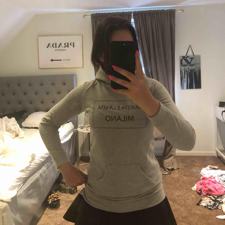 Jätte fin lång hoodie köpt på Ullared för ett tag sedan. Jätte mysig och fint tryck men inte kommit till någon användning, skulle rekommendera att ha byxor eller shorts eller något liknande under. Huvtröjor & Träningströjor.