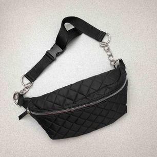 (BUM BAG) 🌸väldigt stor och rymlig  🌸justerbara band 🌸silvriga kedjor och dragkedja 🌸har aldrig använt den 🌸vet inte vart den kommer ifrån