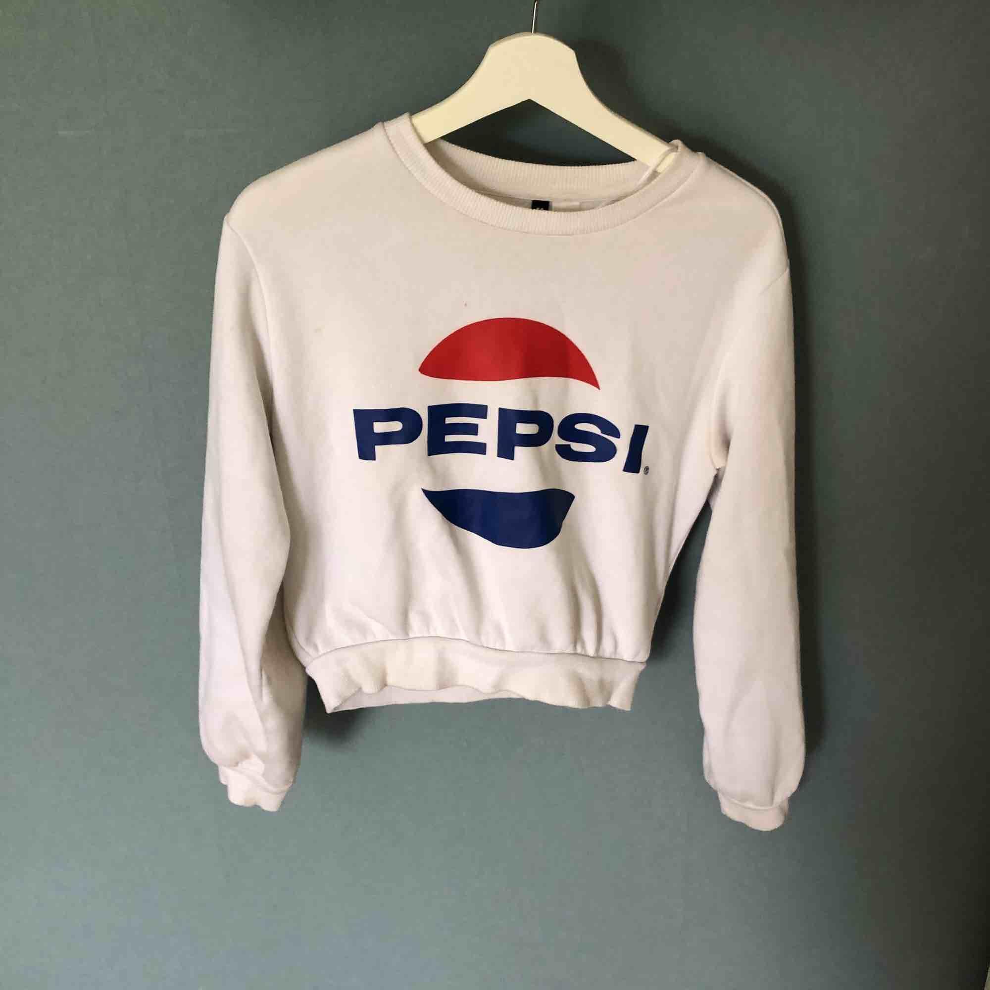 Pepsitröja i kortare modell, säljer eftersom jag är mer en coca coola tjej 😉 och att den inte används tillräckligt hos mig vilket gör att den är i jätte fint skick, det som ser skitigt ut på resåren är endast ljuset 😊. Tröjor & Koftor.
