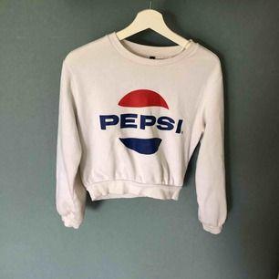 Pepsitröja i kortare modell, säljer eftersom jag är mer en coca coola tjej 😉 och att den inte används tillräckligt hos mig vilket gör att den är i jätte fint skick, det som ser skitigt ut på resåren är endast ljuset 😊