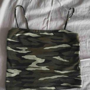 Kamouflage linne från Gina, storlek S. Jätte skönt material. Använd fåtal gånger:) köparen står för frakt som ligger på 36kr🥰