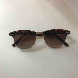 Snygga solglasögon dock har dom lite repa men det märks inte av när man har på dom :) Priset kan diskuteras