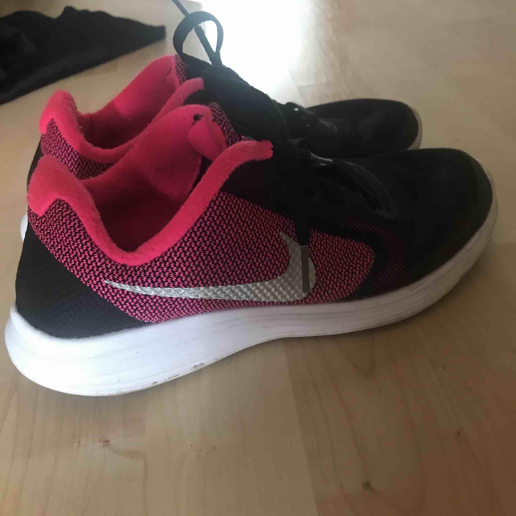 Nike revelotion -gympa skor i storlek 37. Skor.