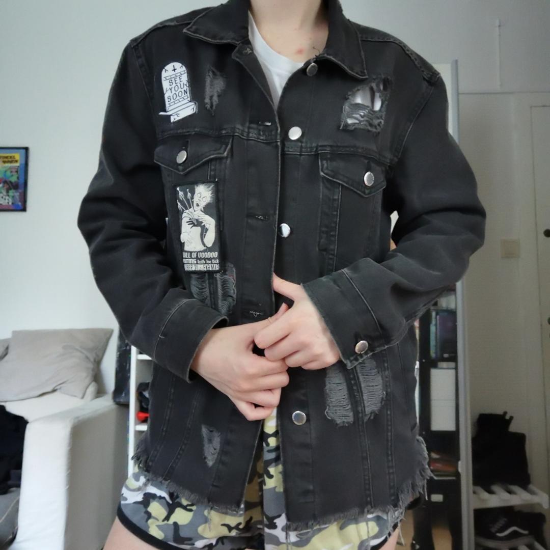 Skitsnygg jeansjacka med slitningar! Välanvänd men i perfekt skick. Endast EN patch följer med i köpet (den på axeln) och den är sydd, så lätt att ta bort utan att skada plagget 🥰 möts i Sthlm eller postar mot porto ♥️ Pris diskuterbart.. Jackor.