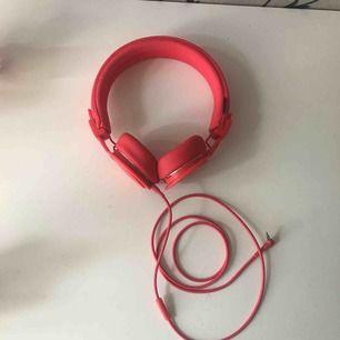 Äkta urbanears hörlurar med två hål så man kan lyssna på musik/film tillsammans med någon!