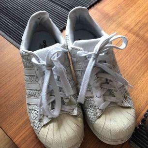 Adidasskor med helt nya sulor💛 Skorna är en del använda men är fortfarande i väldigt bra skick💛 Frakt tillkommer💛