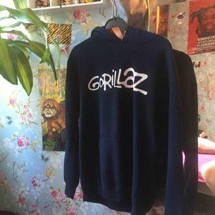 En super cool gorillaz hoodie jag köpte på deras konsert 2017. 8/10 skick nypris: 600