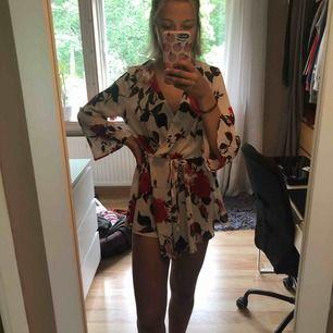 Jättefin byxdress (ser mer ut som en klänning på) med vida armar och blommotiv!😍 köpte utomlands så märke är oklart😂 är lite genomskinlig bak men det är lätt fixat med ett par underbyxor/cykelbyxor!!  FRI FRAKT, hämtas annars i Västervik 🤩