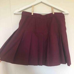 Vinröd/lila kjol från american apparel, köpt i Paris för 2 år sedan. Använt ett fåtal gånger, fint skick, endast en liten utstickande tråd på baksidan som är lätt fixat