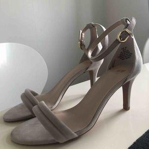Oanvända högklackade skor från H&M, storlek 39