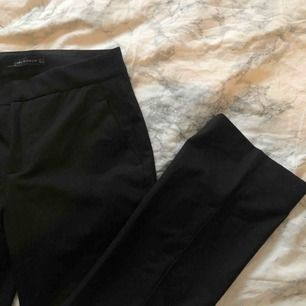 Raka kostymbyxor från Zara i storlek 34/XS. Lite croppade i modellen. Köpare står för eventuell frakt.