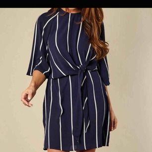 Marinblå klänning från ax Paris i storlek uk 8 vilket motsvarar storlek 36. Lappen som sitter i nacken har lossnat lite men klänningen i övrigt är i väldigt bra skick & sparsamt använd. Köpare står för eventuell frakt :)