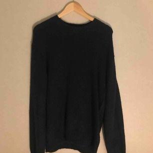 Stickad tröja från Uniqlo U, använd en gång. Möts upp i Sthlm, annars står köparen för frakt :)