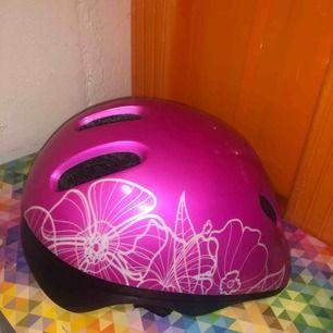 Säljer denna fina rosa cykelhjälm med blommönster 🌸 den passar nog barn mer. Hjälmen är i fint skick, och hämtas i Karlstad! ☺️