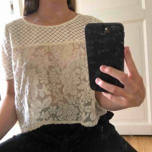 Söt beige/vit tröja med spets! Finns i Malmö, köpare står för frakt! Kontakta mig för fler bilder!