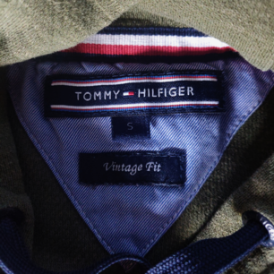 Grön, tunn, najs Tommy Hilfiger hoodie. 100 kr + frakt ( kan annars mötas upp i Tranås)