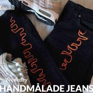 Säljer nu mina egengjorda handmålade jeans från Weekday! De är målade med textilfärg och går att tvätta i maskin (det har det iallafall gjort för mig) Strl. W25 men passar upp till W26-27-28 Ursprungspriset (innan jag målat de) var 600kr.