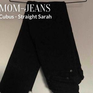 Stretchigt denim från Cubus med rough edges nedtill i modellen Straight Sarah. W26, men skulle säga att den passar allt från W25-28 då de är så pass stretchiga. Mid Waist.