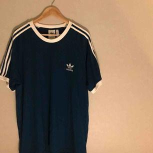 Aldrig använd t-shirt från Adidas! Prislapp sitter kvar. Möts upp i Stockholm, annars står köparen för frakt :)